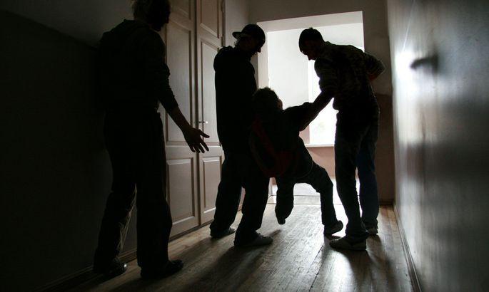 Мужчину, напавшего на детей в школе, приговорили к тюремному заключению