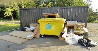 Специалисты решили что в отверстие контейнера пролезет этот картон))) А он не открывается